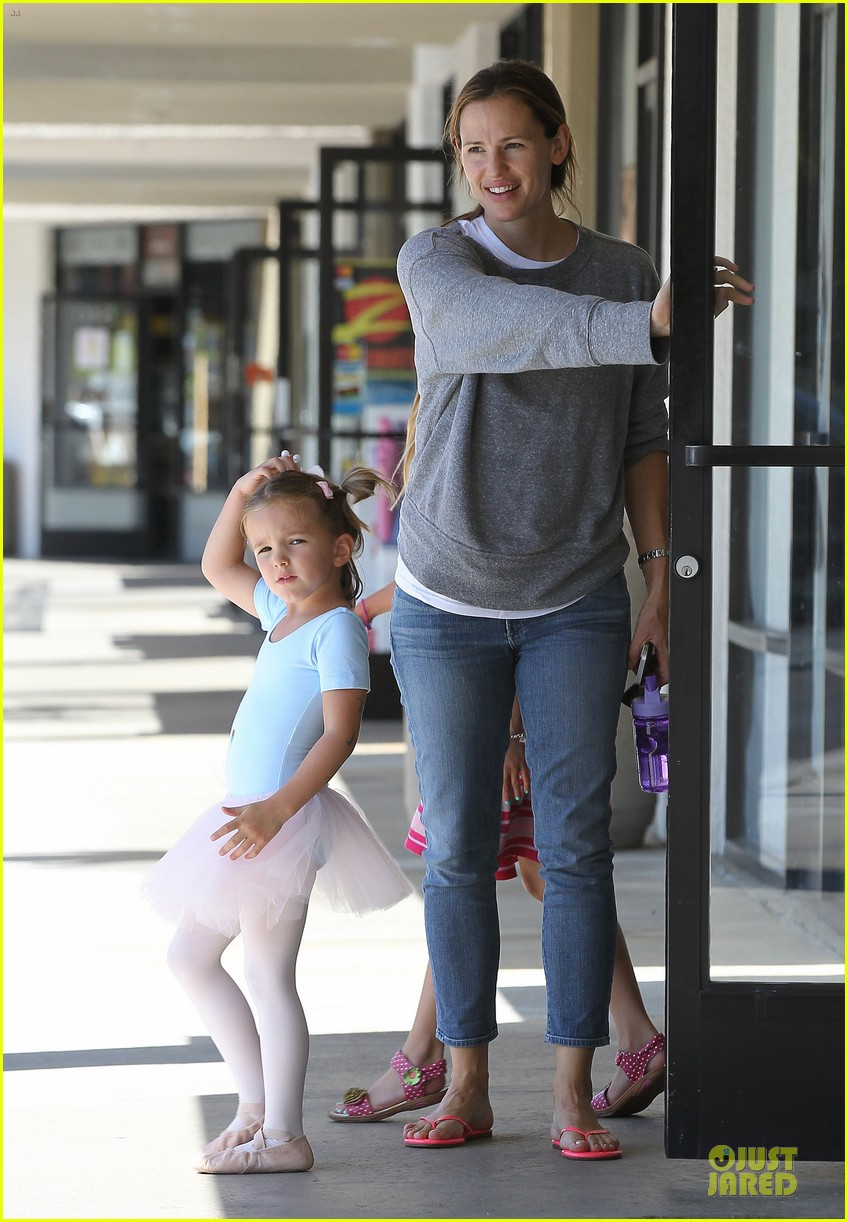 jennifer garner violet start week with errands 30