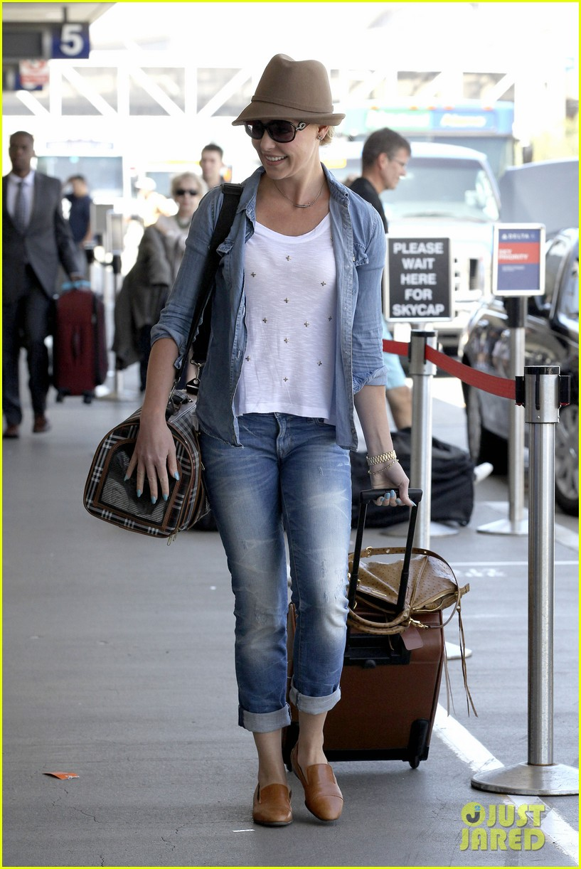 katherine heigl wheels her luggage at lax 01