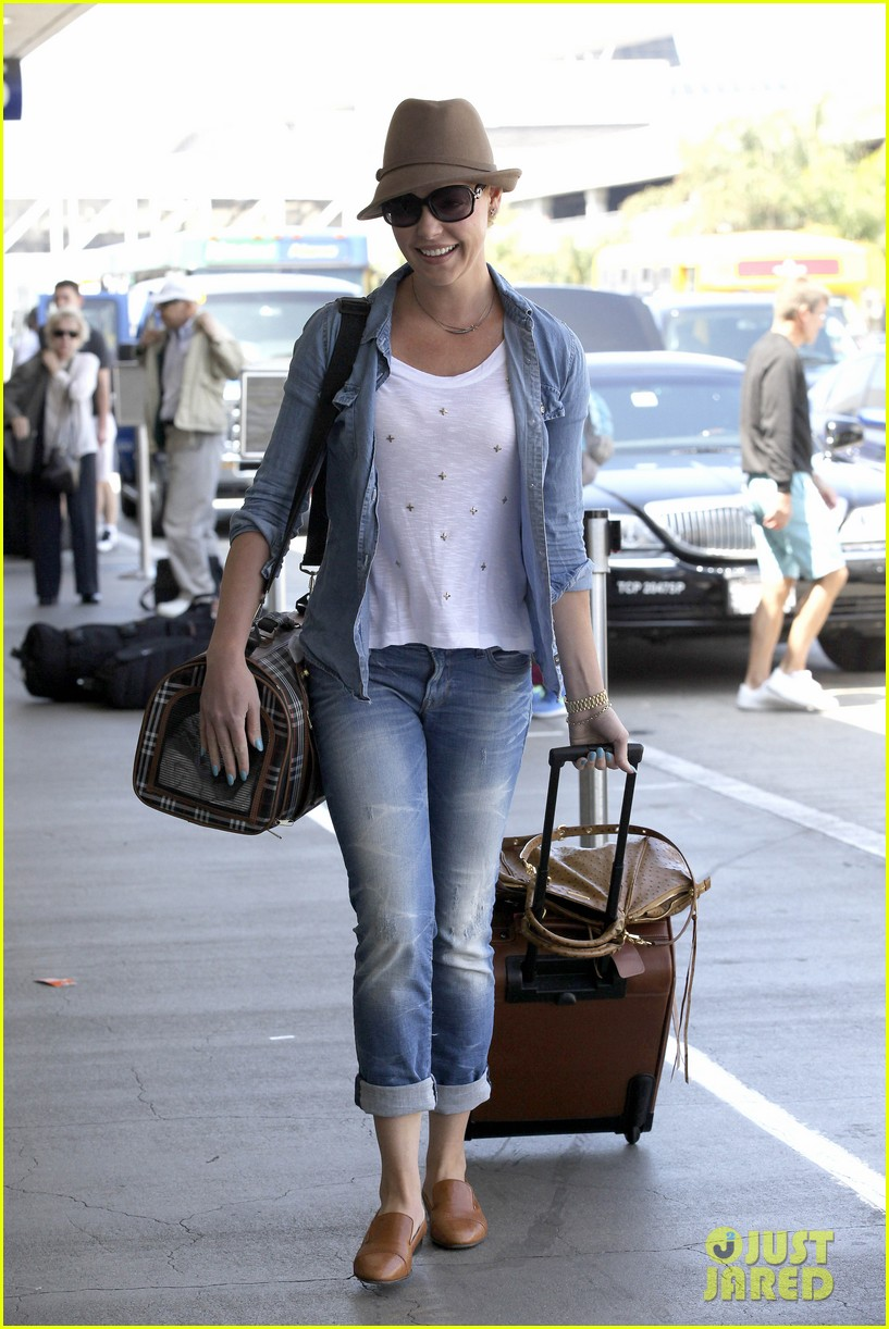 katherine heigl wheels her luggage at lax 082925994