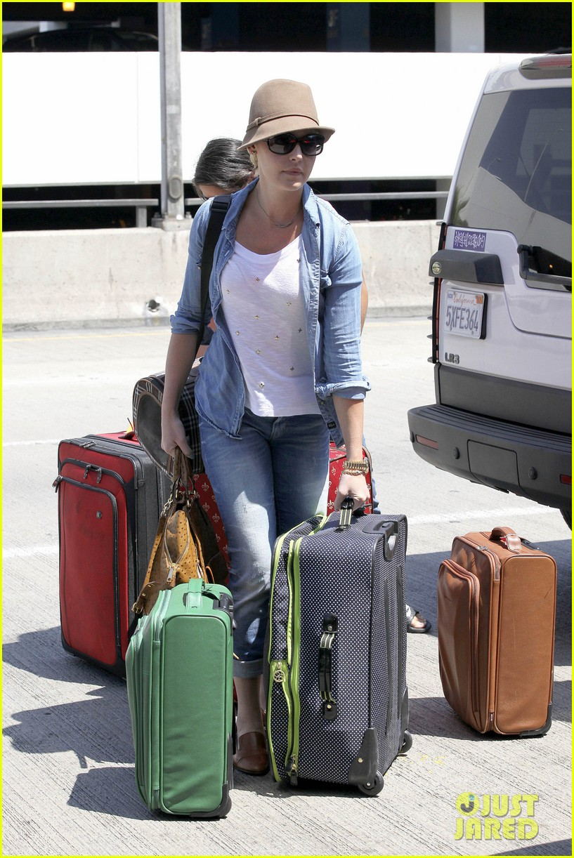 katherine heigl wheels her luggage at lax 09