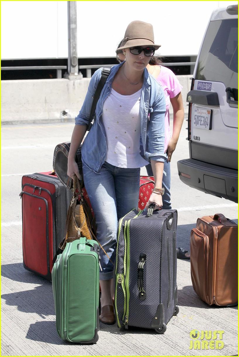 katherine heigl wheels her luggage at lax 152926001