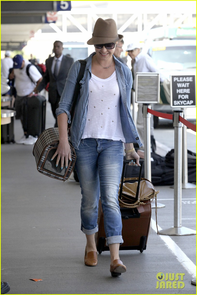katherine heigl wheels her luggage at lax 172926003