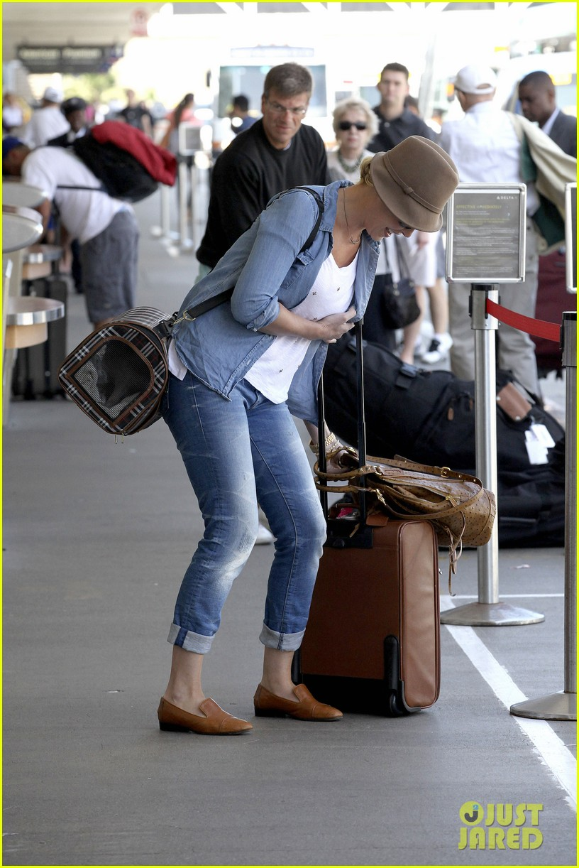 katherine heigl wheels her luggage at lax 192926005