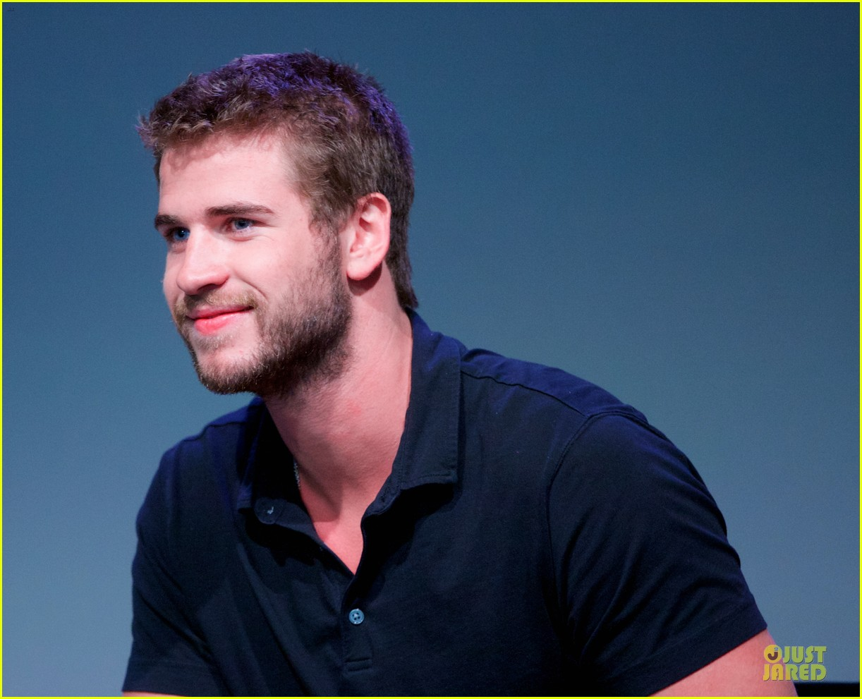 liam hemsworth talks paranoia at apple store 102924285