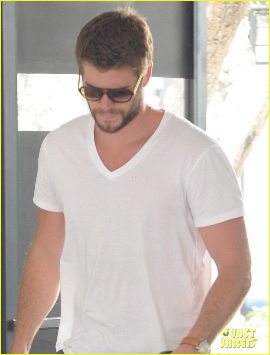 liam hemsworth miley cyrus plans on growing hair long 042935146