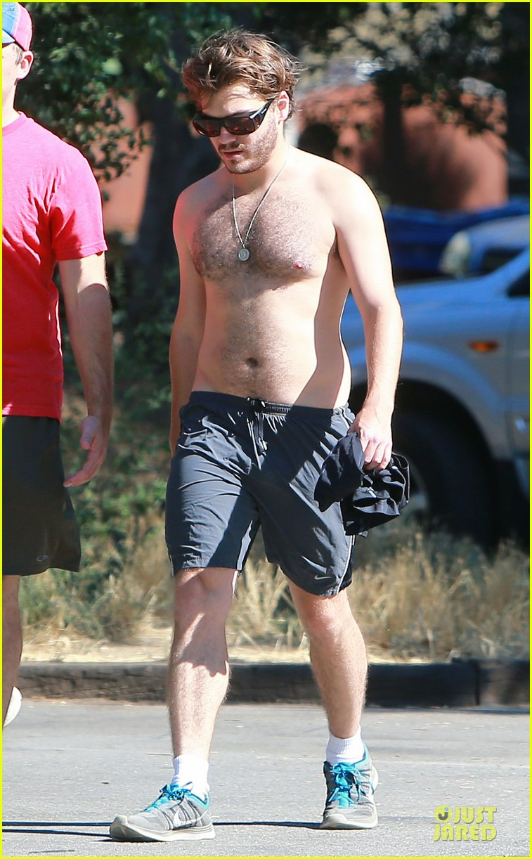 emile hirsch shirtless fryman canyon park hike 072925154