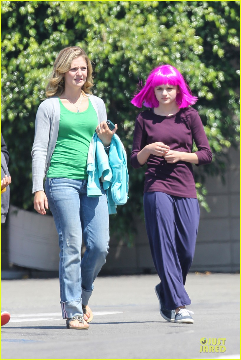 kate hudson wish i was here with wig wearing joey king 092927489