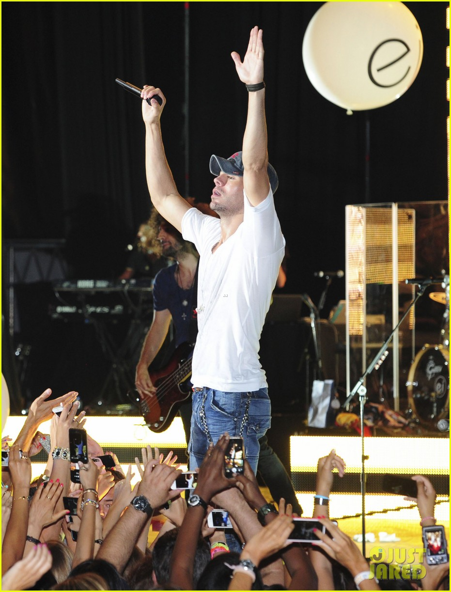 enrique iglesias turn the night up video premiere watch now 052933185