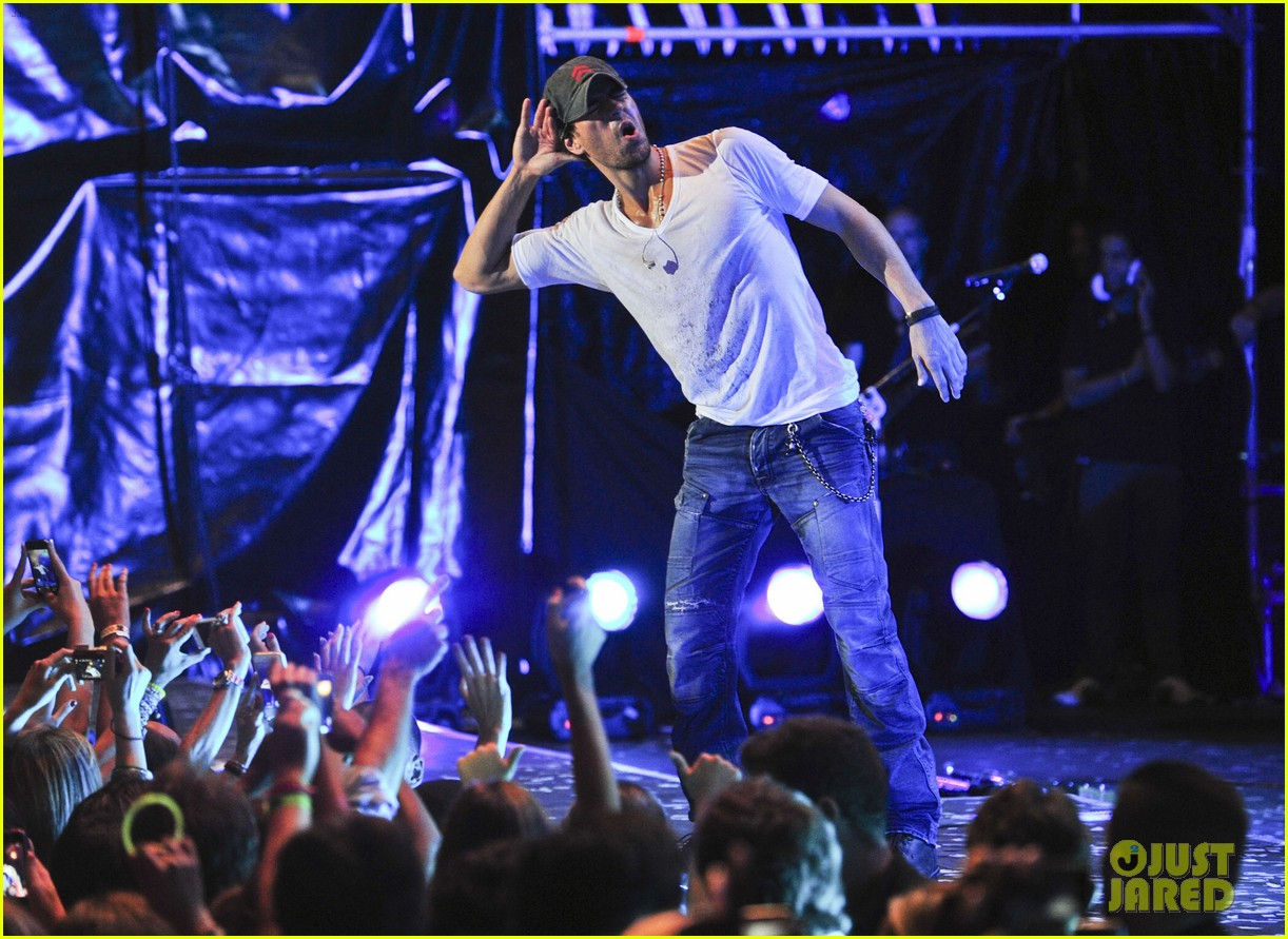 enrique iglesias turn the night up video premiere watch now 082933188