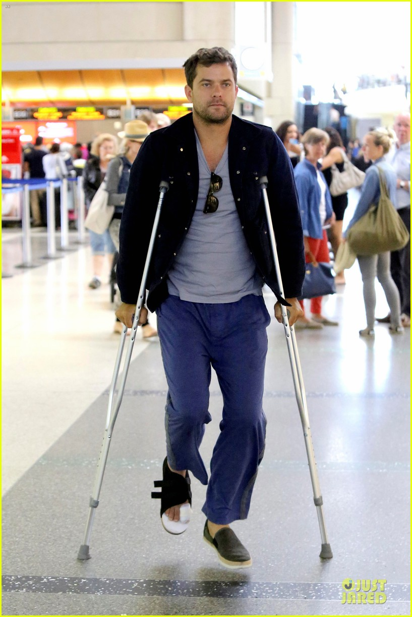 joshua jackson cruches to lax airport with diane kruger 01
