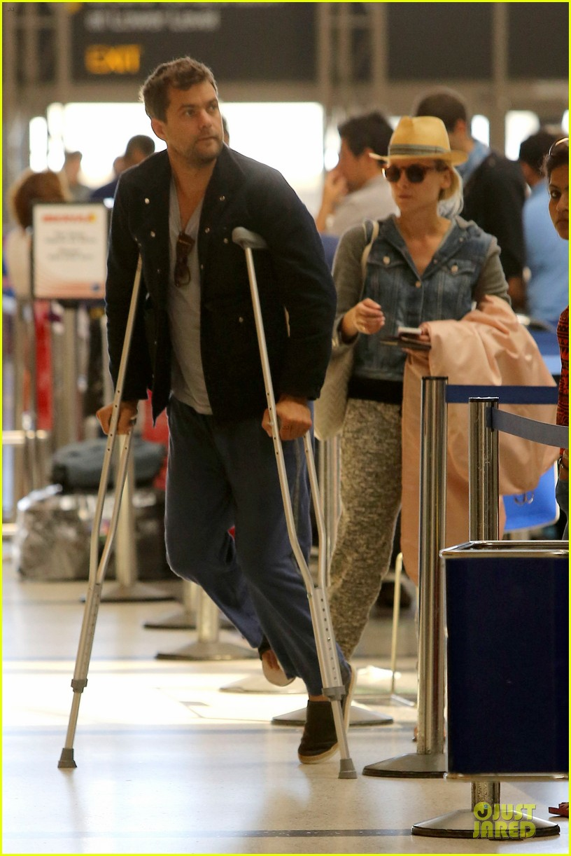 joshua jackson cruches to lax airport with diane kruger 052933544