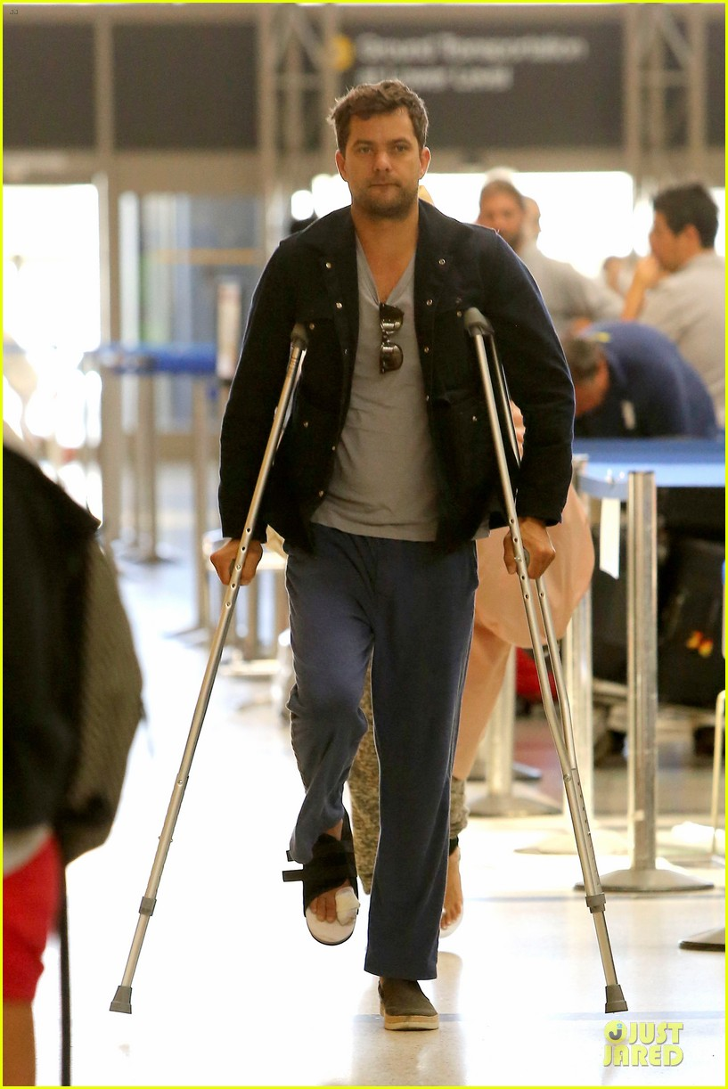 joshua jackson cruches to lax airport with diane kruger 112933550