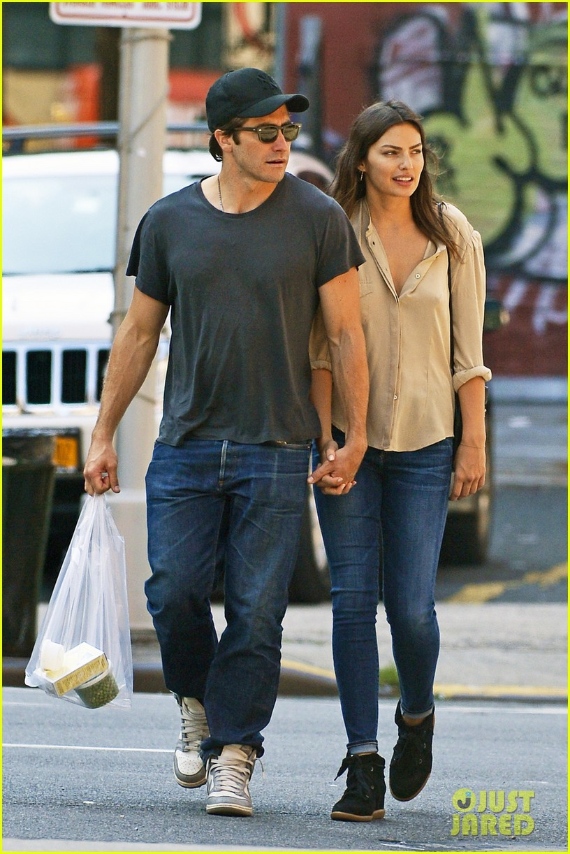 jake gyllenhaal alyssa miller hold hands in tribeca 02