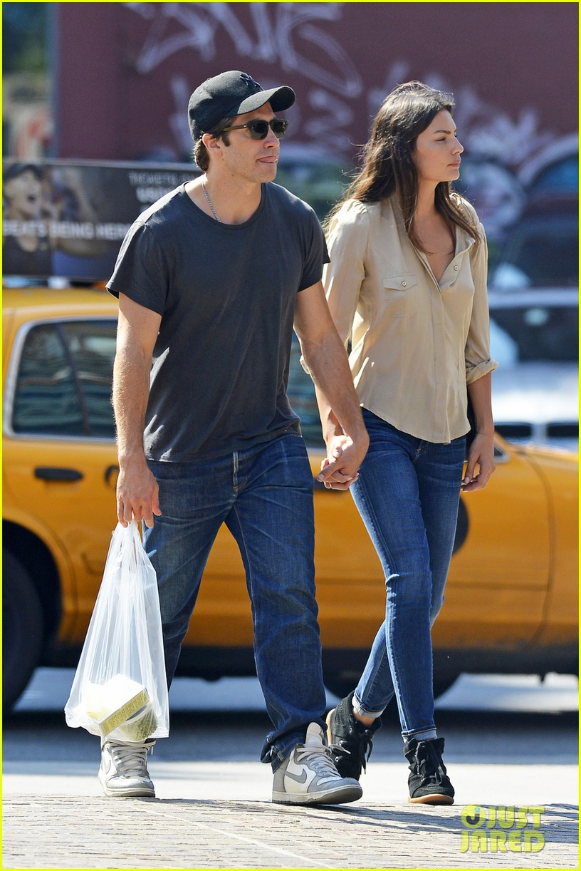 jake gyllenhaal alyssa miller hold hands in tribeca 052923207