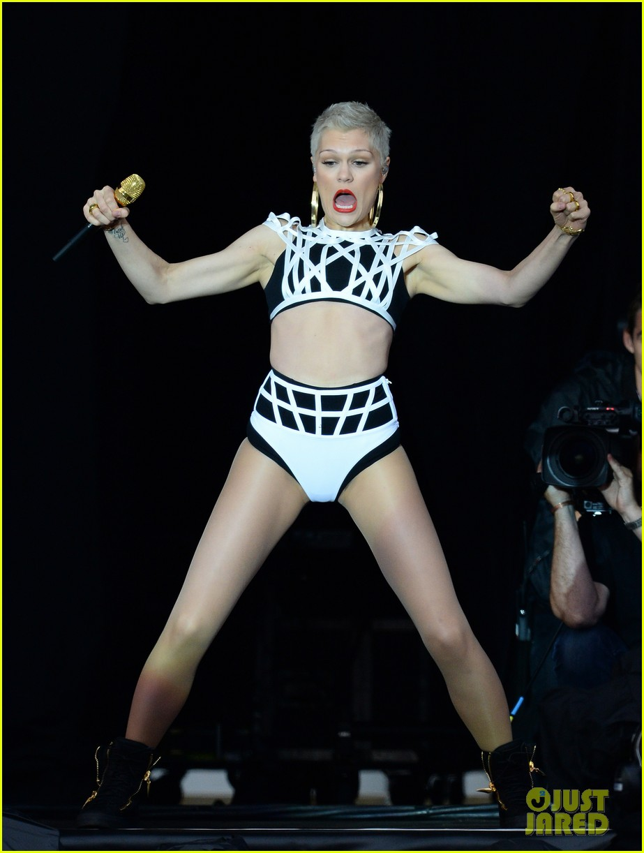 jessie j bares midriff during v festival performance 072932642