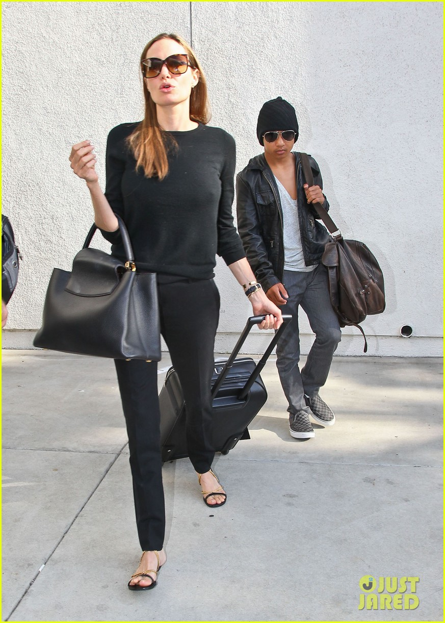 angelina jolie lands in los angeles with maddox 012931027