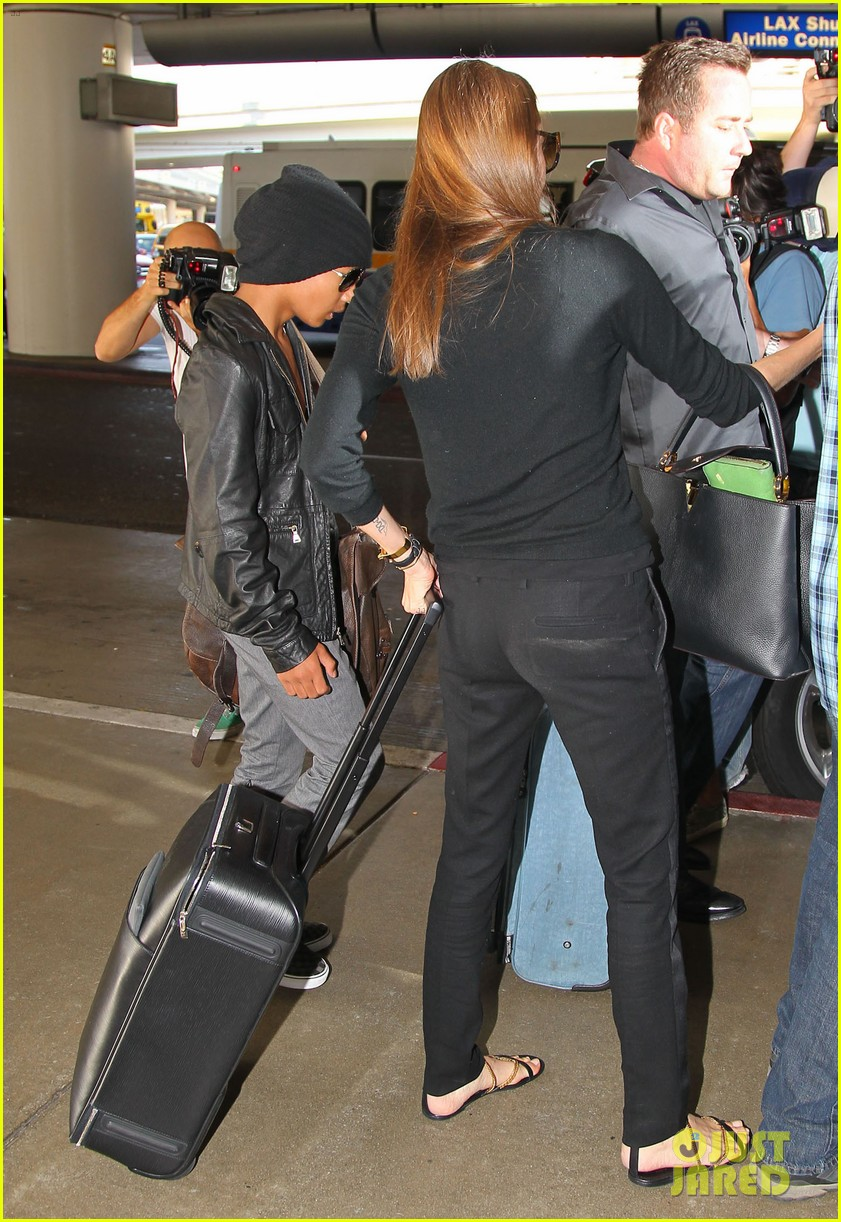 angelina jolie lands in los angeles with maddox 032931029