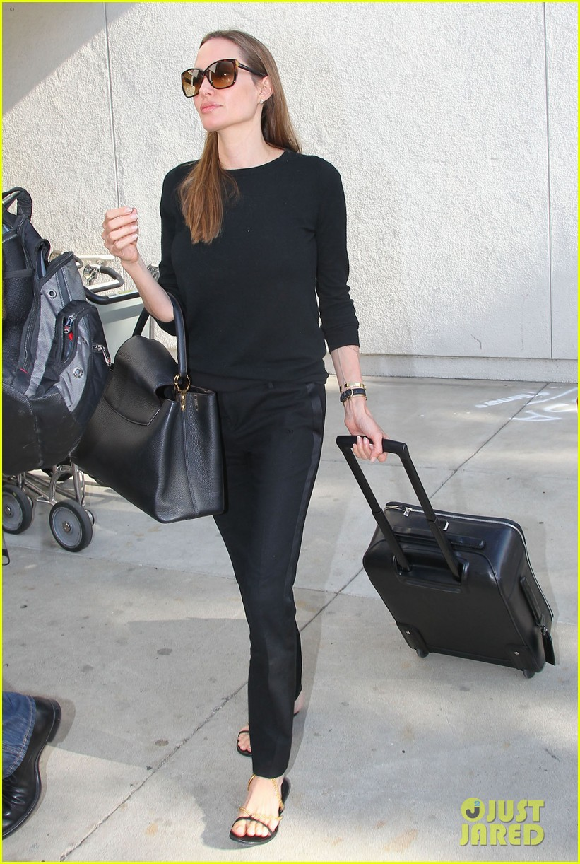 angelina jolie lands in los angeles with maddox 102931036