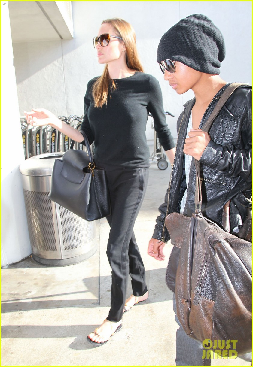 angelina jolie lands in los angeles with maddox 172931043