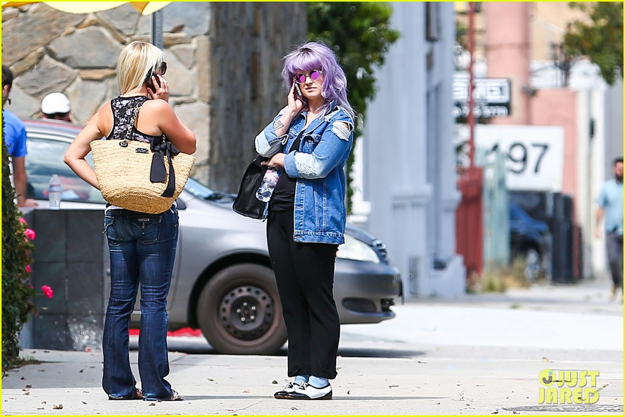 kelly osbourne spotted out after miley cyrus comments 122941253