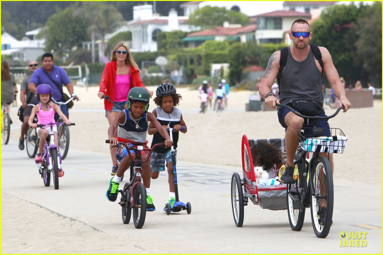 heidi klum martin kirsten beach bike ride with kids 02