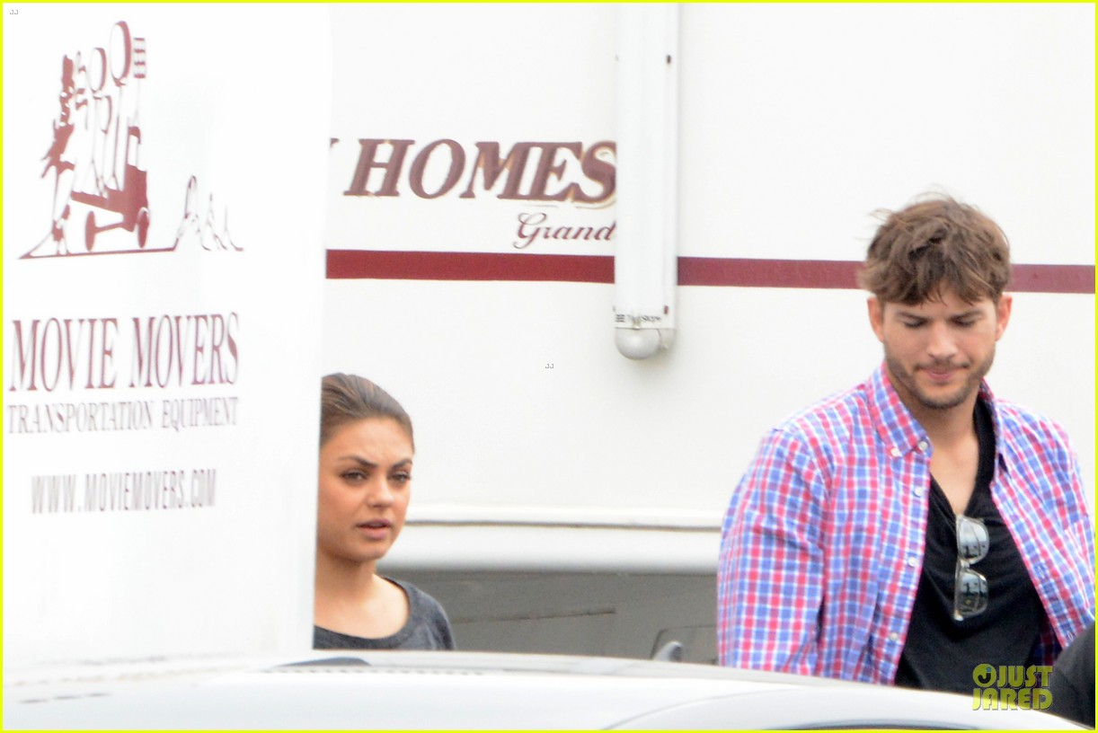 ashton kutcher visits mila kunis on jupiter rising set 03