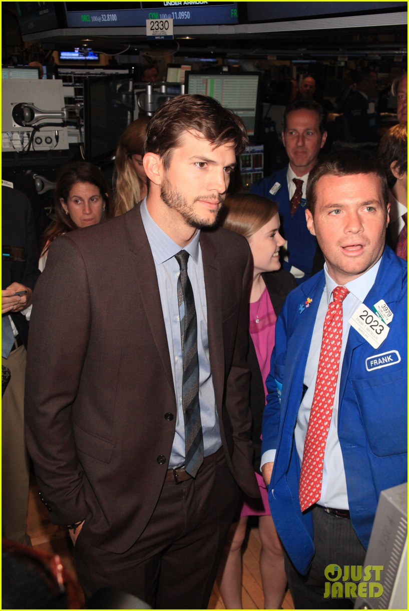 ashton kutcher rings new york stock exchange bell 03
