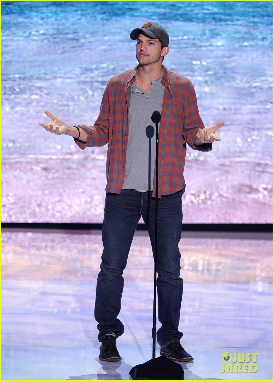 ashton kutcher wins old guy award at teen choice awards 02