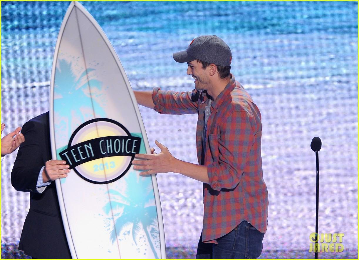 ashton kutcher wins old guy award at teen choice awards 032928257