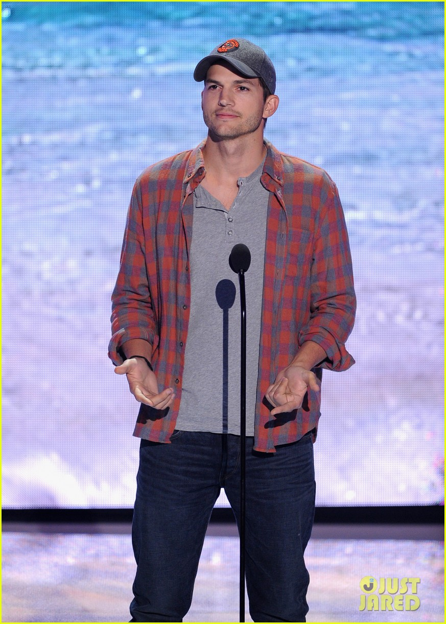 ashton kutcher wins old guy award at teen choice awards 04