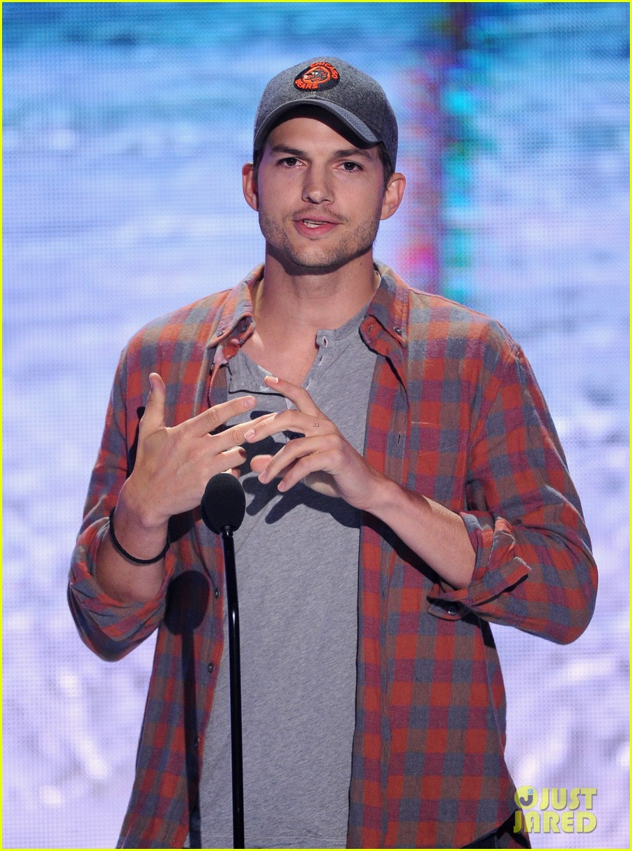 ashton kutcher wins old guy award at teen choice awards 06