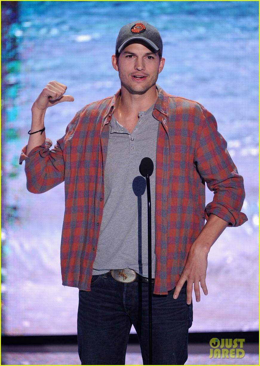 ashton kutcher wins old guy award at teen choice awards 072928261