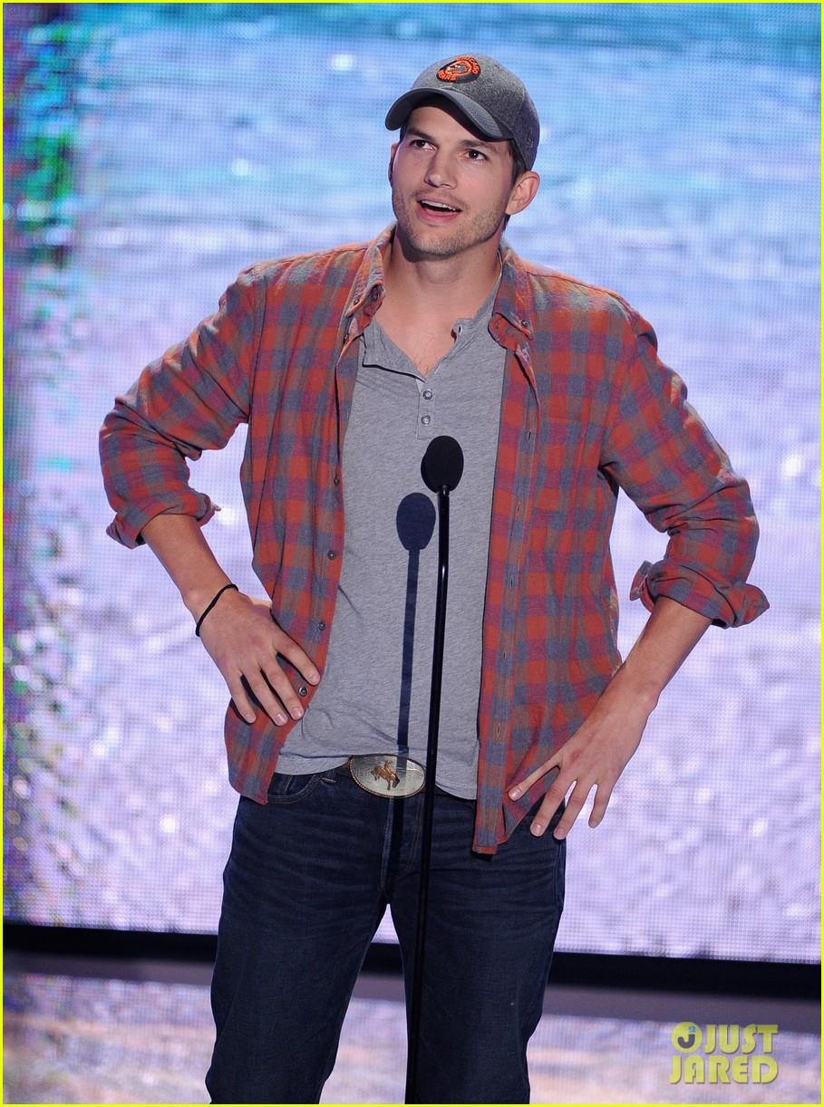 ashton kutcher wins old guy award at teen choice awards 082928262