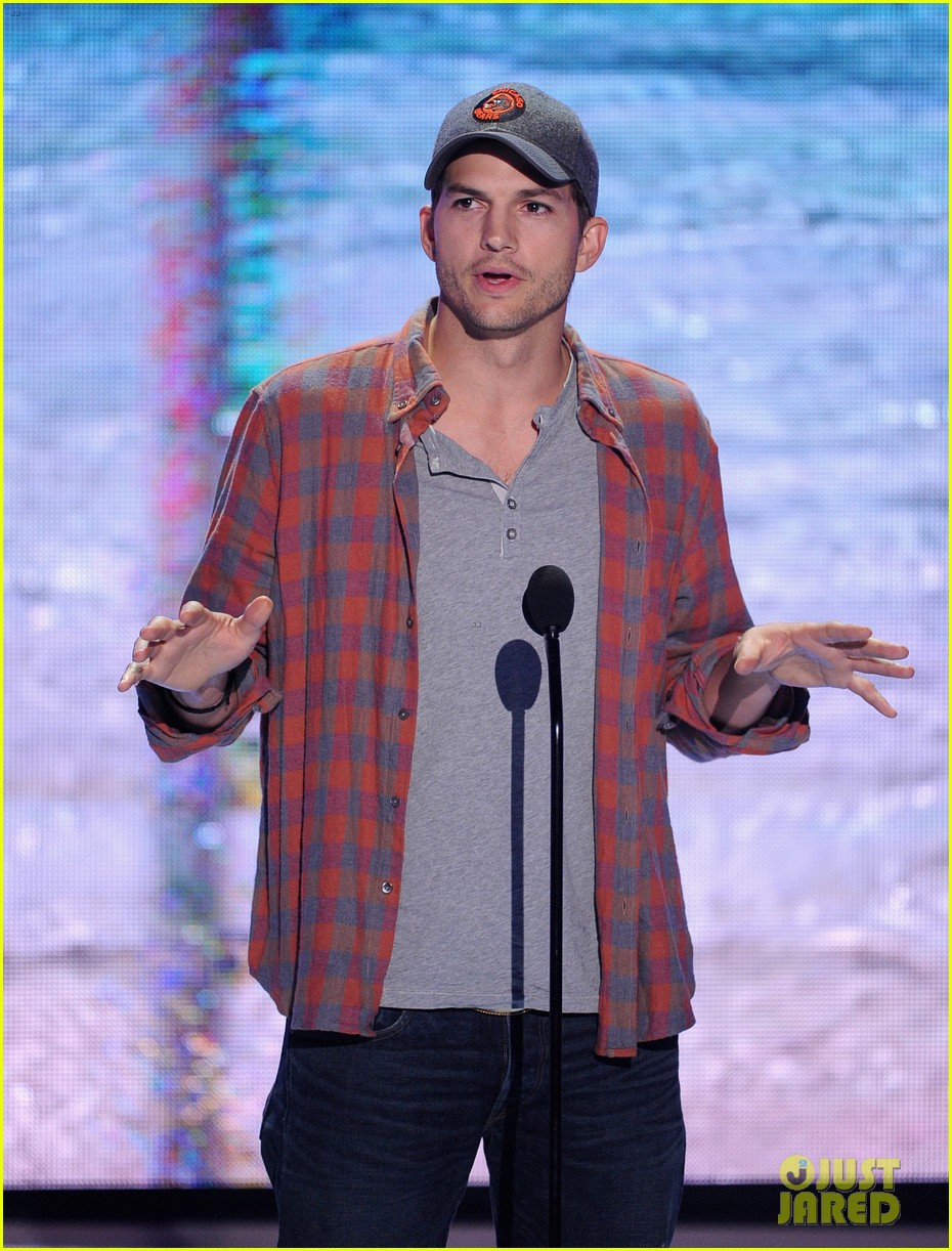 ashton kutcher wins old guy award at teen choice awards 112928265