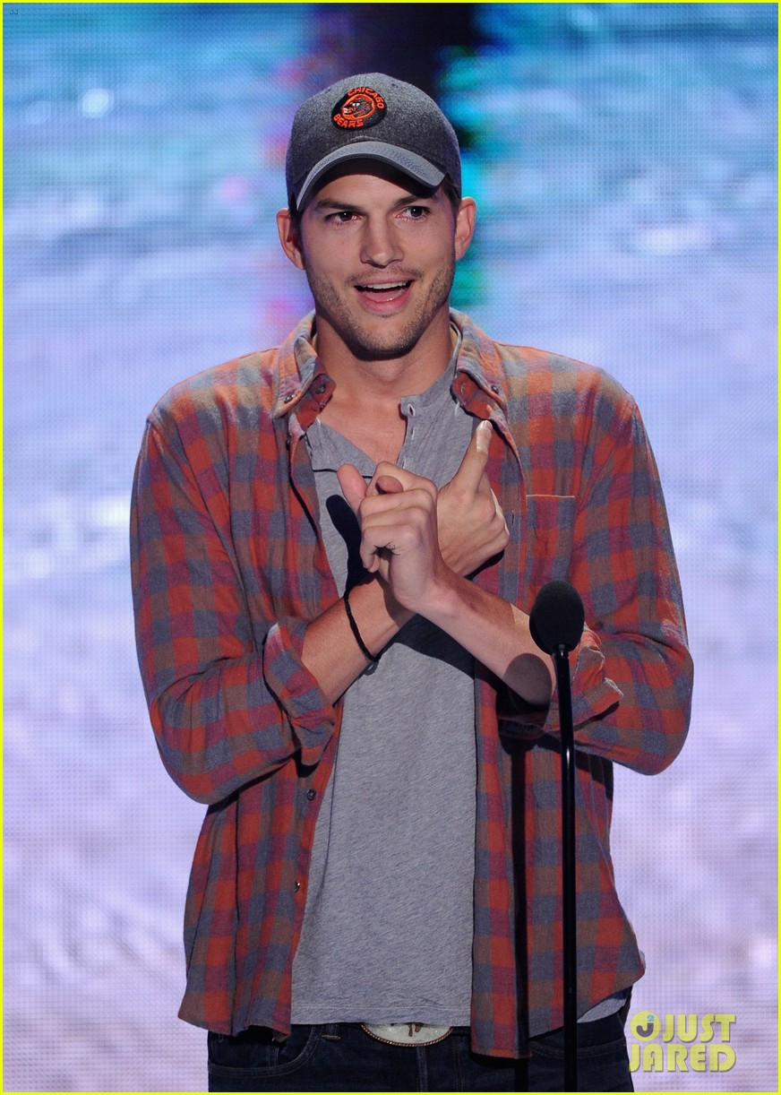 ashton kutcher wins old guy award at teen choice awards 122928266