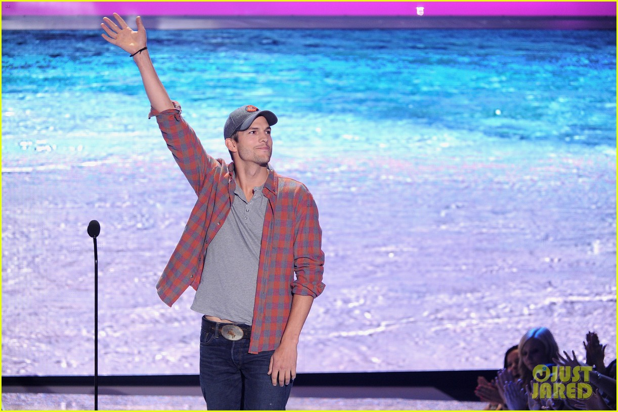 ashton kutcher wins old guy award at teen choice awards 13