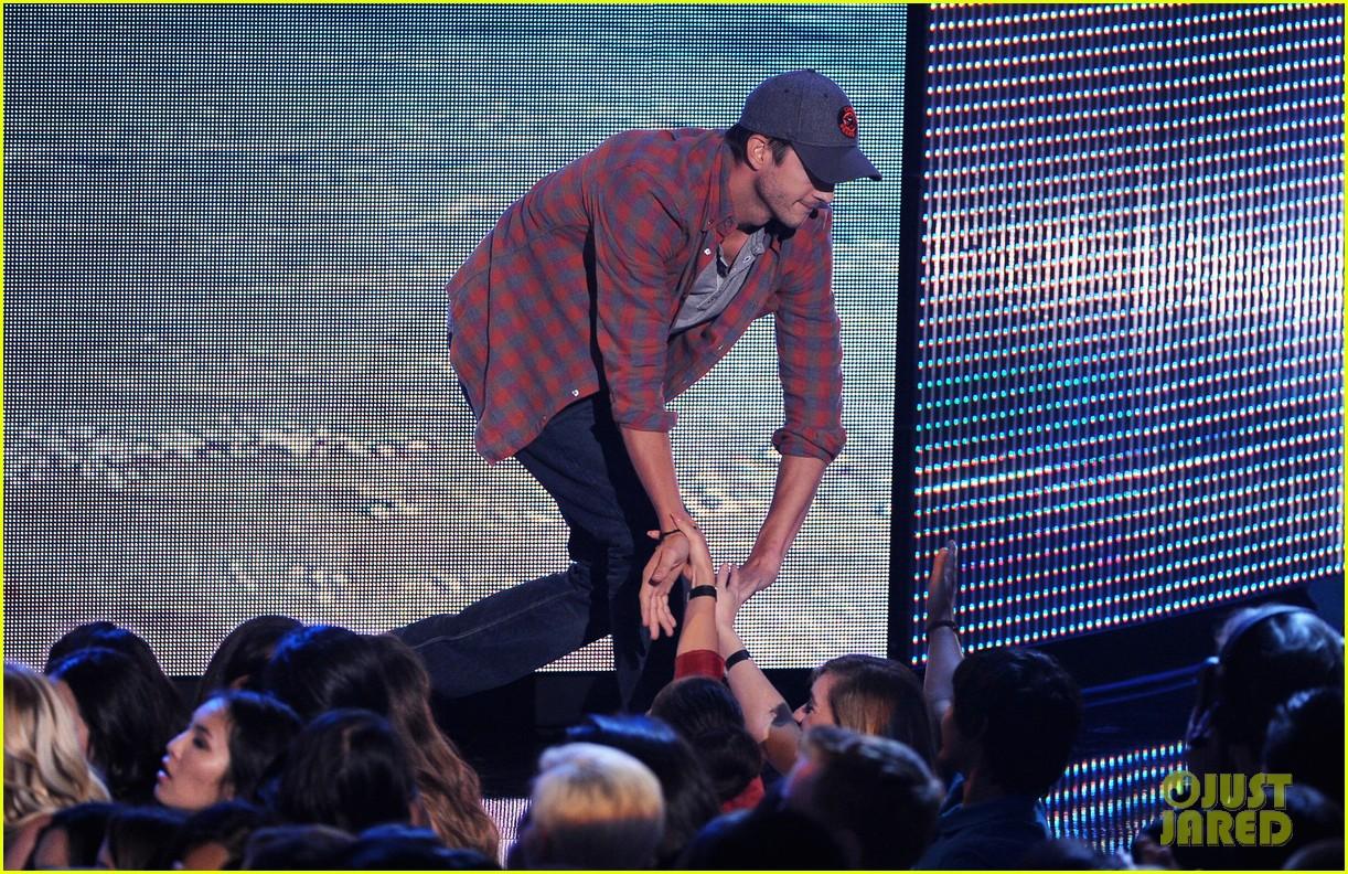 ashton kutcher wins old guy award at teen choice awards 152928269