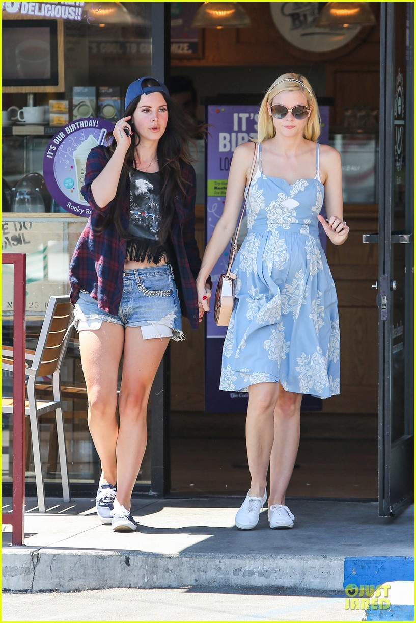 lana del rey jaimie king hold hands at coffee bean 012936933