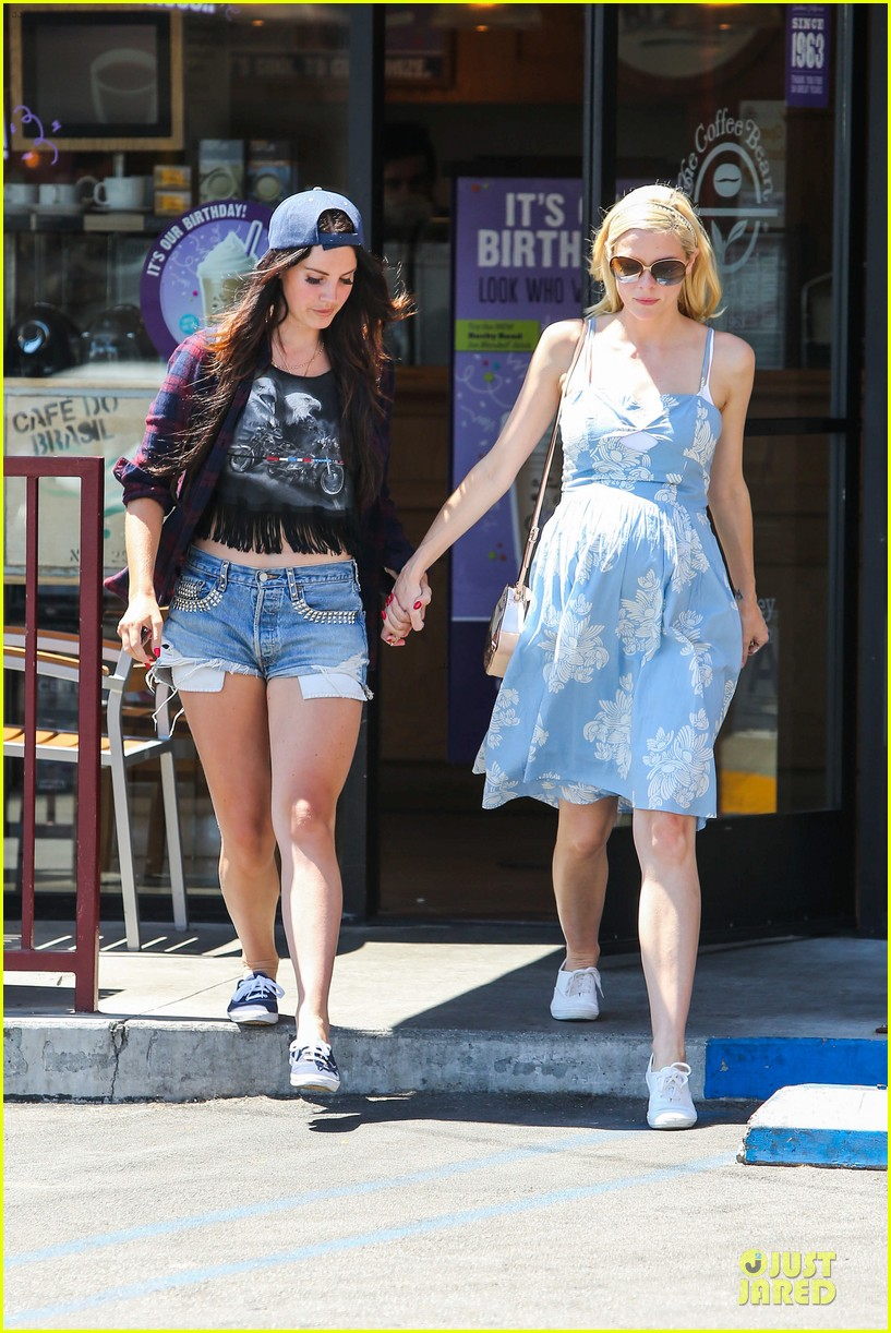 lana del rey jaimie king hold hands at coffee bean 102936942