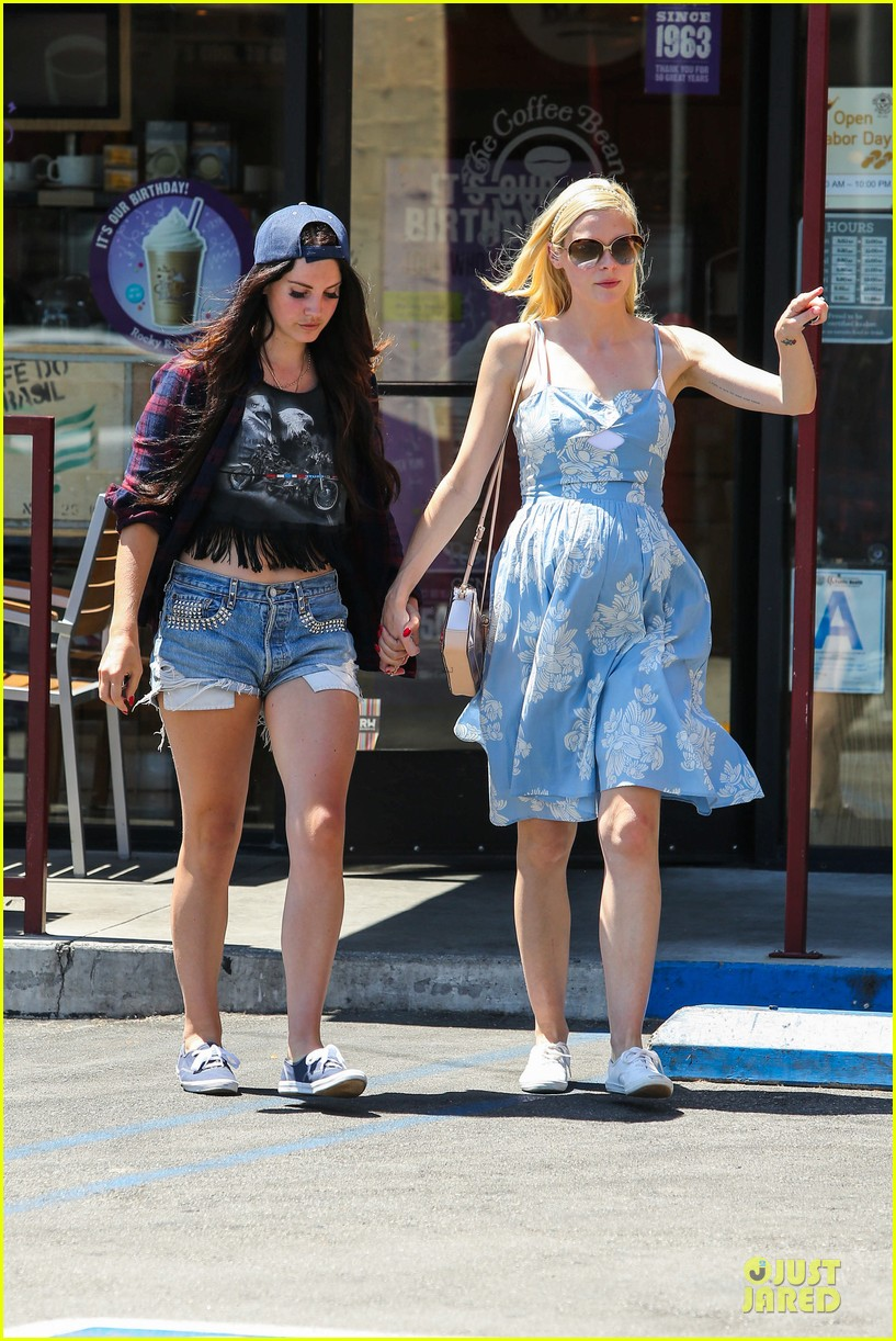 lana del rey jaimie king hold hands at coffee bean 142936946
