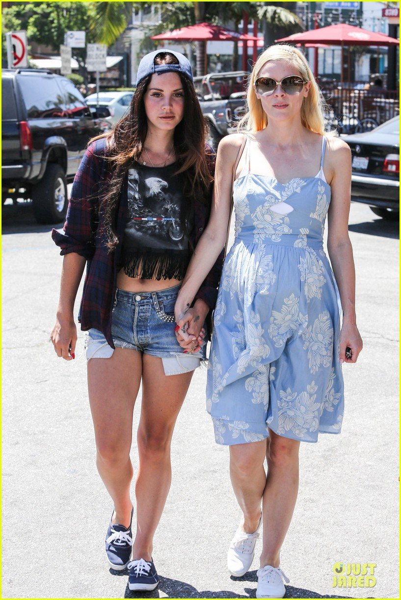 lana del rey jaimie king hold hands at coffee bean 202936952