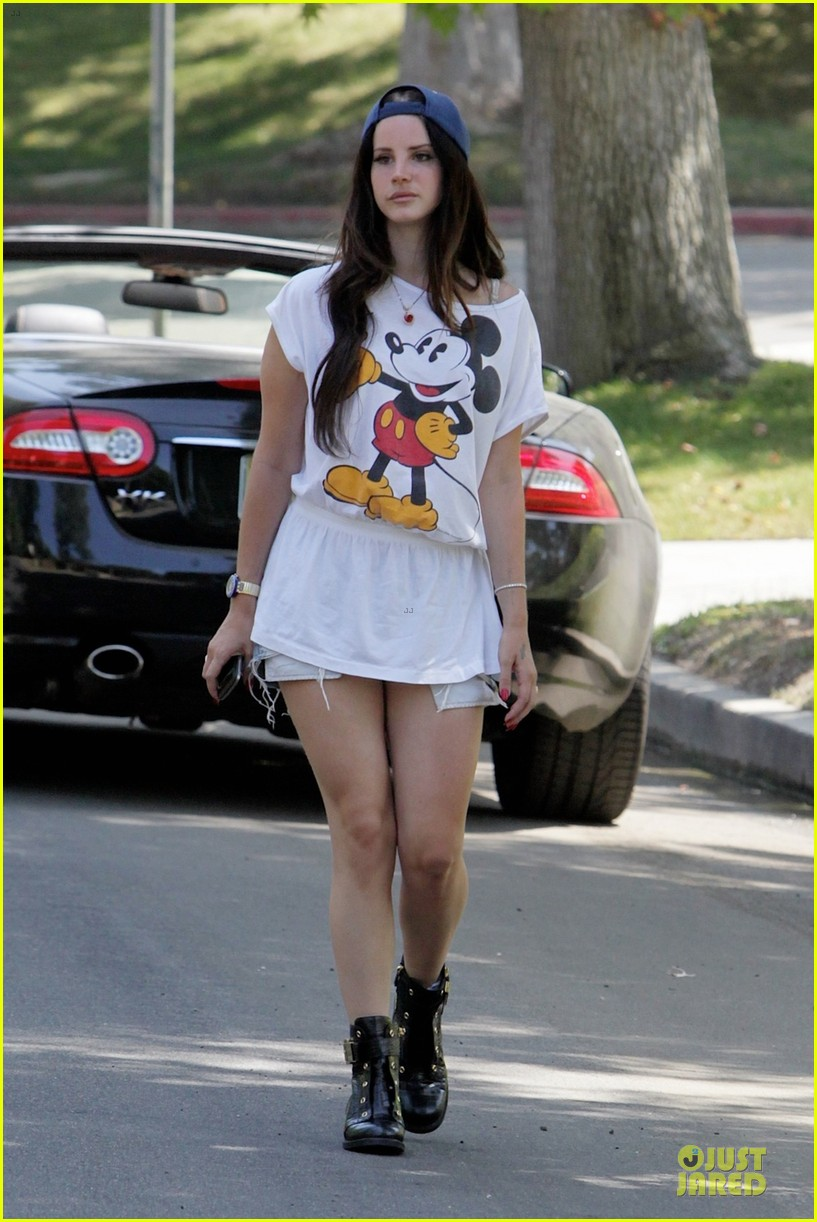lana del rey shows inner child with mickey mouse 01