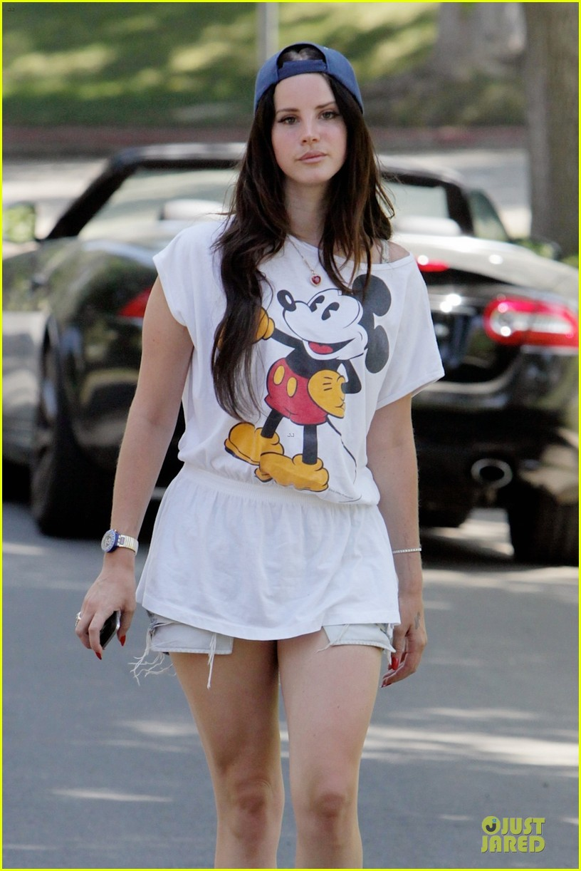 lana del rey shows inner child with mickey mouse 02