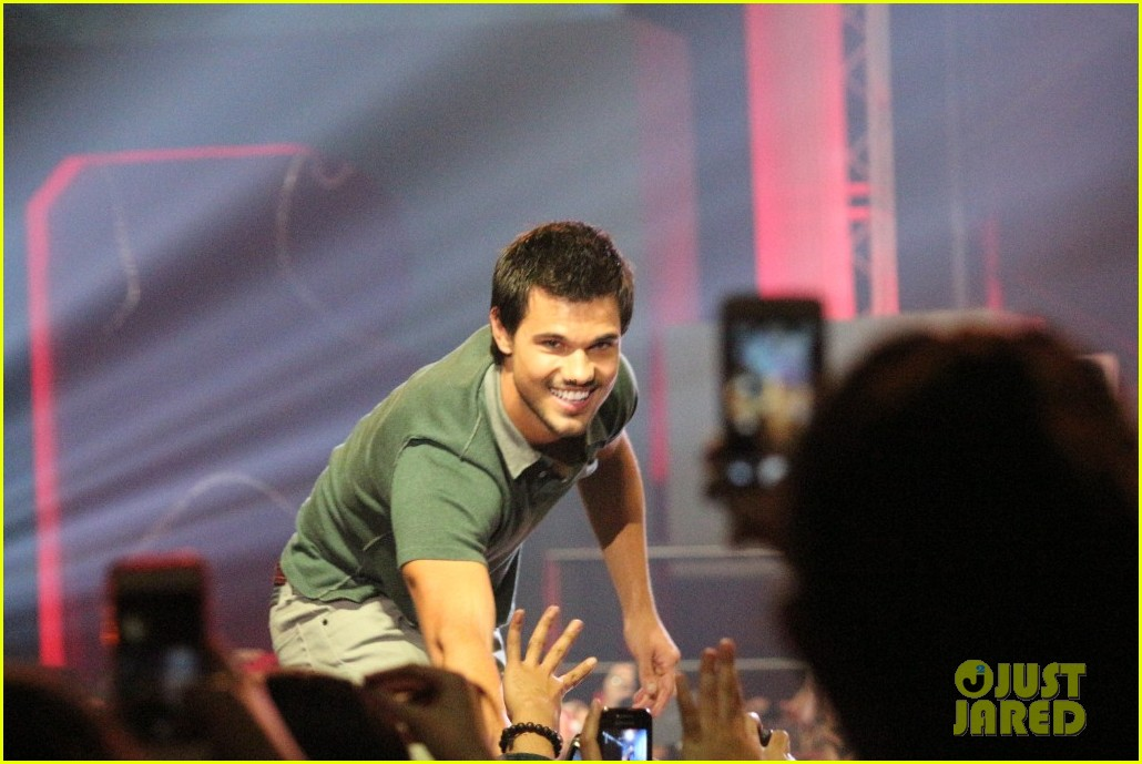 taylor lautner promotes bench clothing in the philippines 012933338