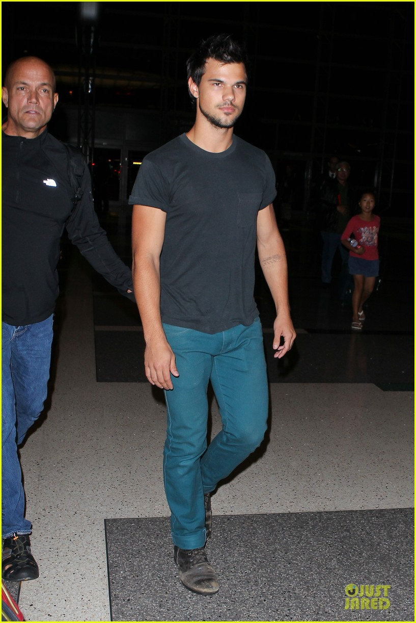taylor lautner flies without marie avgeropoulos 012930484
