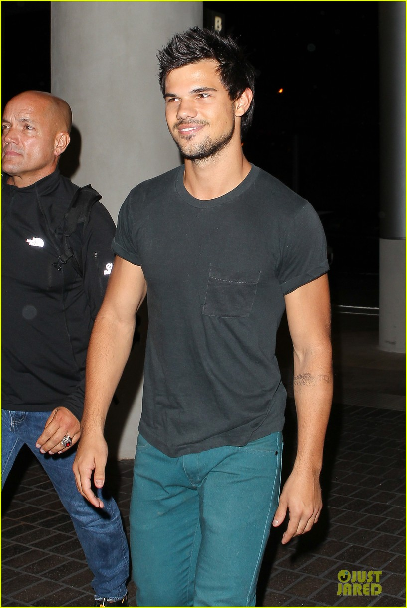 taylor lautner flies without marie avgeropoulos 02