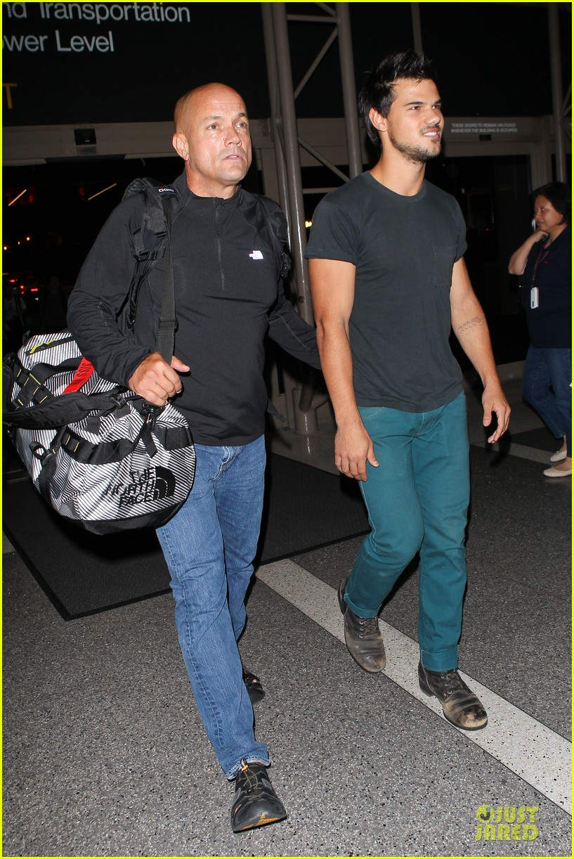 taylor lautner flies without marie avgeropoulos 032930486