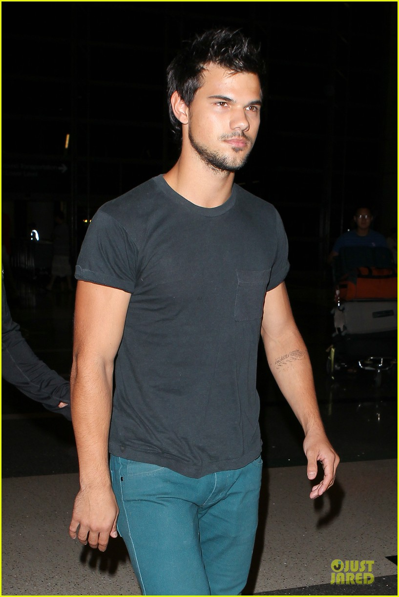 taylor lautner flies without marie avgeropoulos 042930487