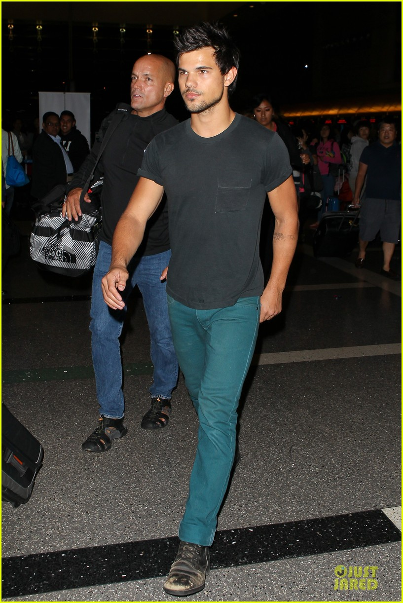 taylor lautner flies without marie avgeropoulos 052930488