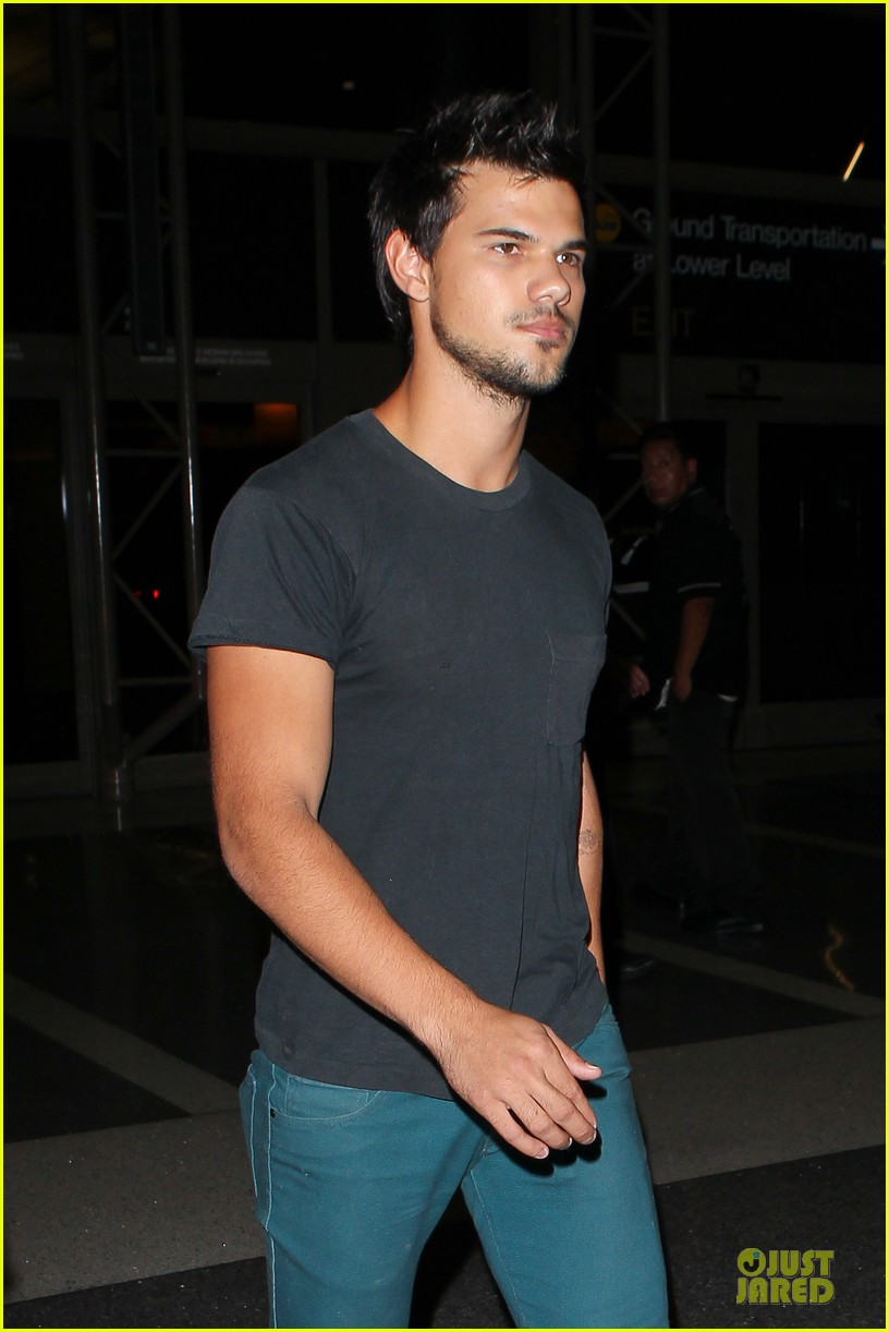 taylor lautner flies without marie avgeropoulos 07